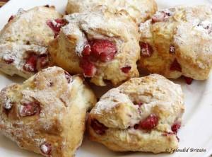 Leckere Erdbeerscones mit Clotted Cream und frischen Erdbeeren